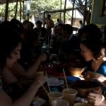Almuerzo de los Becarios en el Barrio Abajo. Joaquín Sarmiento/Archivo FNPI