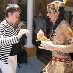 Elizabeth Mendez (Canadá) bailando con la reina del Carnaval Daniela Cepeda Tarud. Visitta a la Casa del Carnaval. Barranquilla