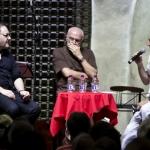 De izquierda a derecha: los músicos italianos Rinaldo Alessandrini y Salvatore Accardo, entrevistados por Jonathan Levi (EU). Festival Internacional de Música de Cartagena. Archivo FNPI