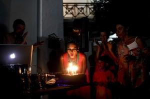 Li Saummet, vocalista de Bomba Estéreo, apaga las velas durante la celebración de su cumpleaños en Barranquilla.  Joaquín Sarmiento/Archivo FNPI