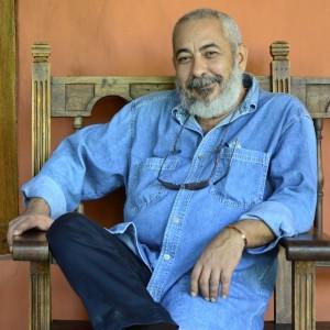 Leonardo Padura posa para el fotográfo en el Hay Festival Cartagena. Álvaro Delgado/Archivo FNPI