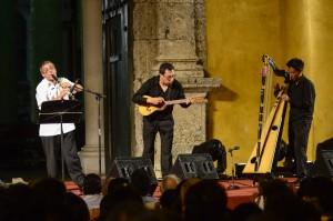 Juan Carlos Contreras, en el cuatro, Gabriele Mirabassi, en el clarinete y Elvis Díaz en el Arpa llanera, hacen su presentación en concierto en la Plaza La Trinidad Getsemaní. Johana Peña/ Archivo FNPI