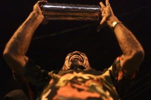 Músico tocando en la Rueda de Cumbia en el Barrio Abajo. Joaquín Sarmiento/Archivo FNPI