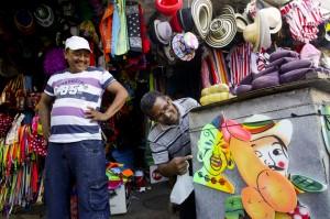 Vendedor callejero mirando la mondá. Barranquilla, Colombia. Joaquín Sarmiento/ Archivo FNPI
